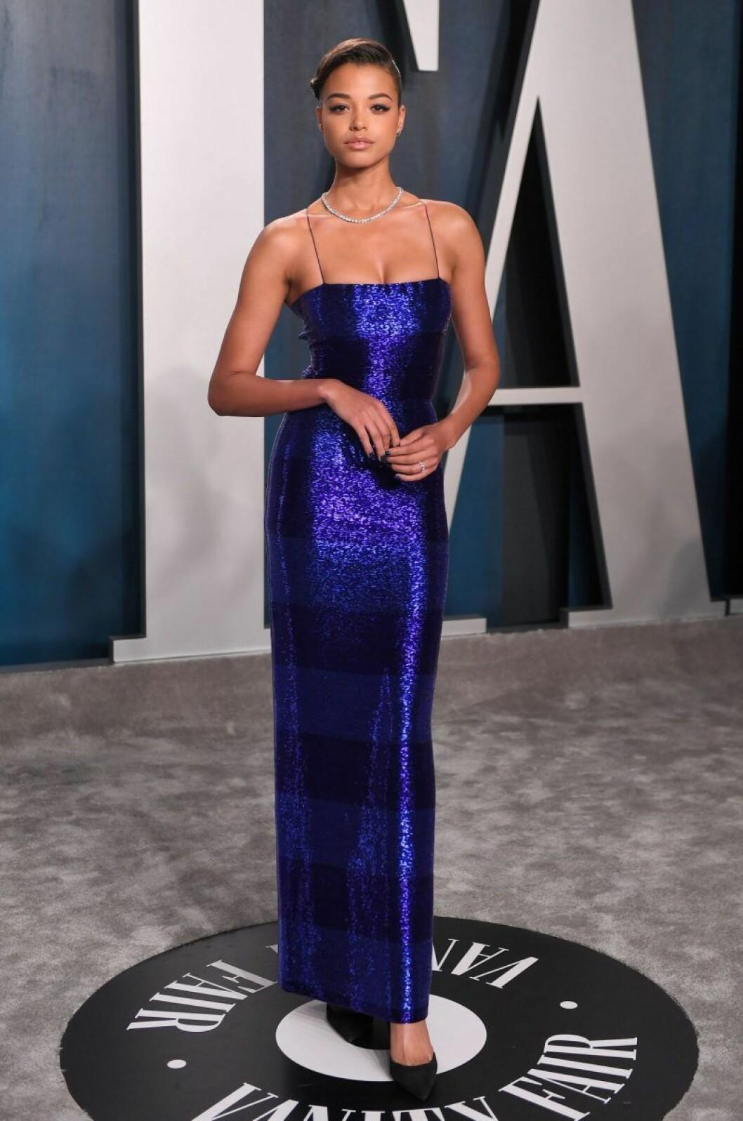Ella Balinska i blå klänning