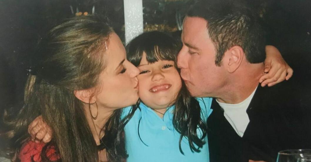 Gammal bild på Kelly Preston, dottern Ella och pappa John Travolta. SS