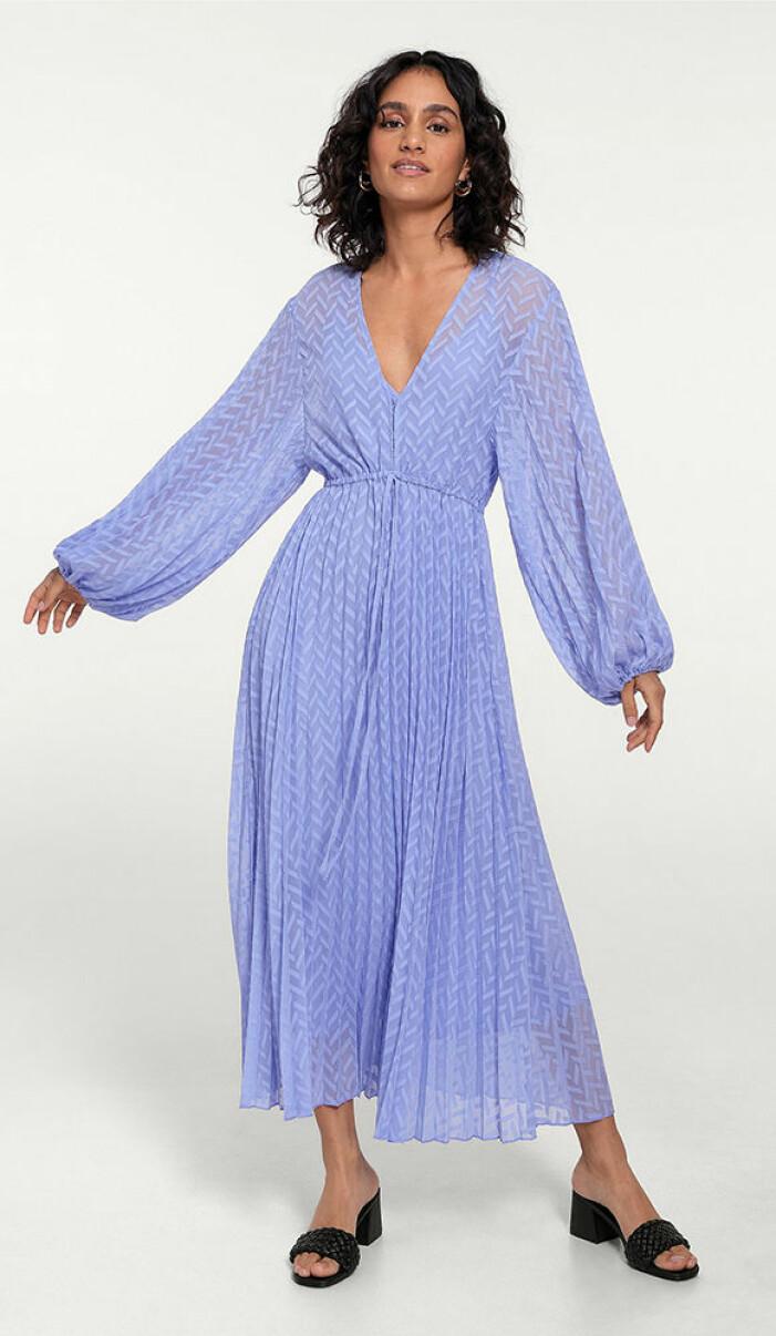 lila långärmad och plisserad klänning från ellos