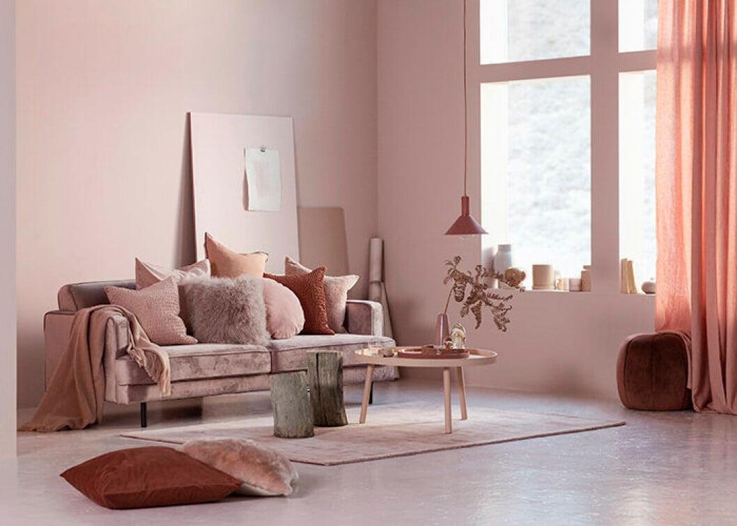 Våren 2019 på Ellos Home - sammetssoffa i rosa med kuddar