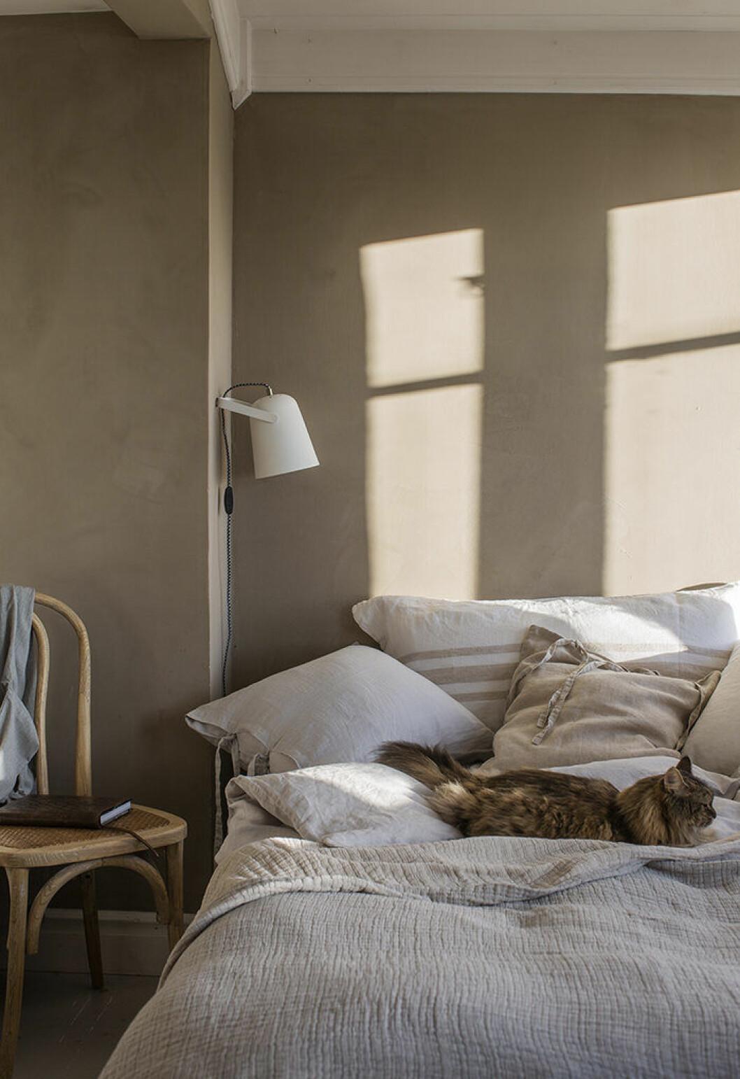Naturmaterial i sovrummet hos Ellos Home våren 2019