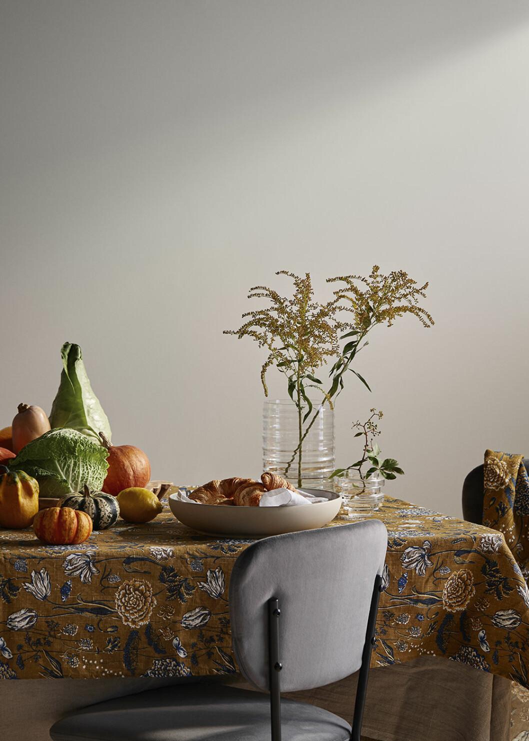 Blommig bordsduk från Sandberg Wallpaper x Ellos