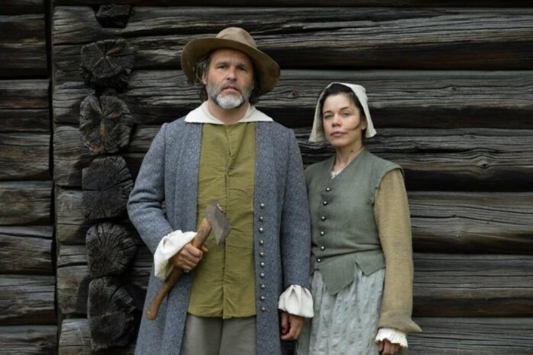 En bild på programledarna Erik Haag och Lotta Lundgren.