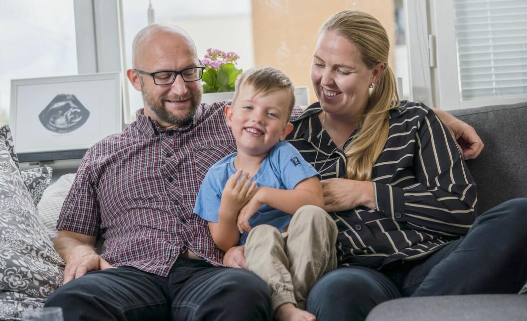 Familjen Arnell sitter i soffan och pratar om den turbulenta tiden när Maja drabbades av stroke.
