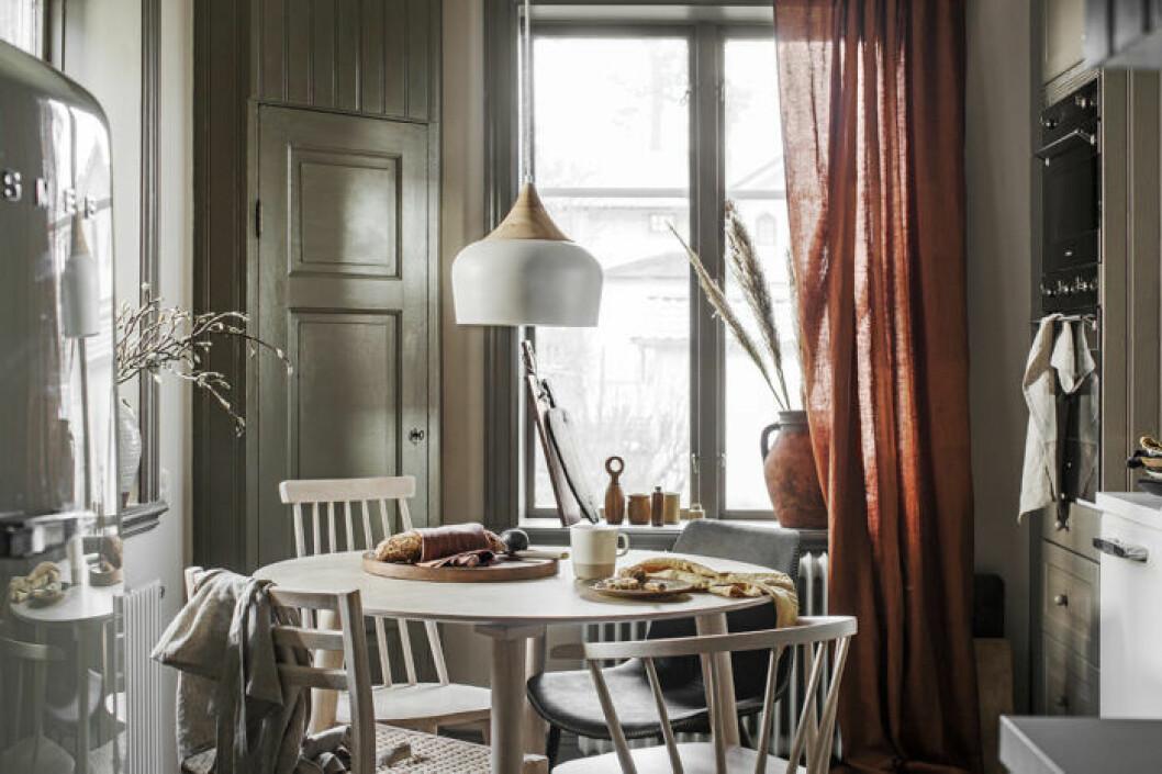 Neutrrala färger med inslag av accenter skapar harmoni i köket