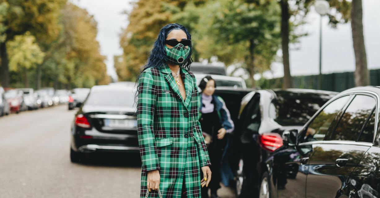 kvinna med matchande ansiktsmask