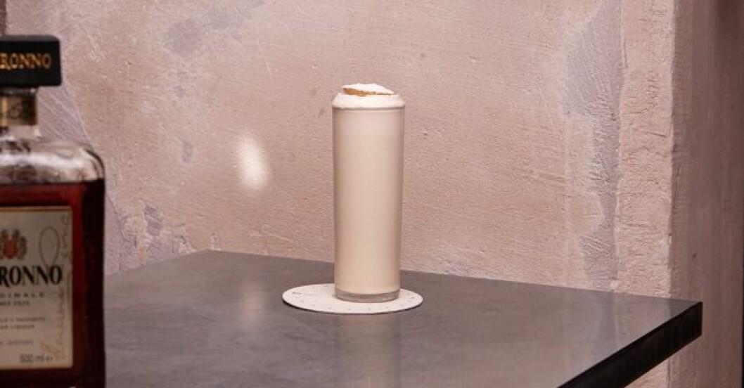 en semmeldrink i ett högt glas