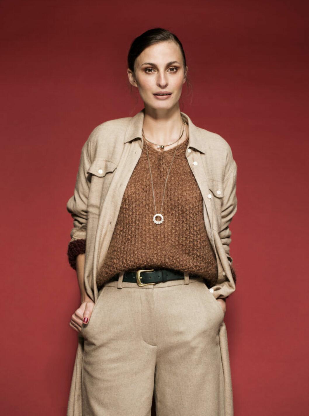 FEMINA MODE nr 13 2109 modell Lina i beige skjorta och congacsbrun tröja