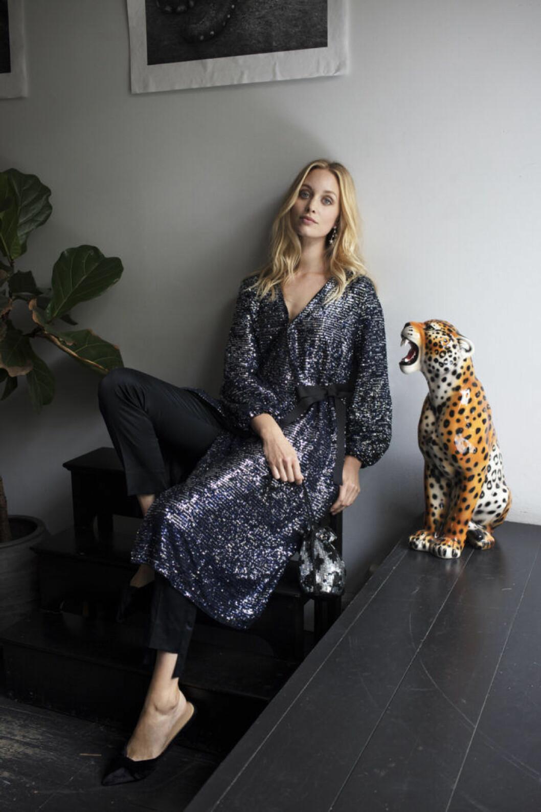 Blå paljettklänning från Beck Söndergaard från rån femina nummer 14 2019