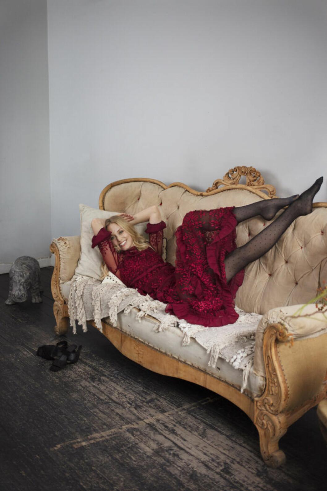 Röd volangspetsklänning från by malina estmode från femina nummer 14 2019