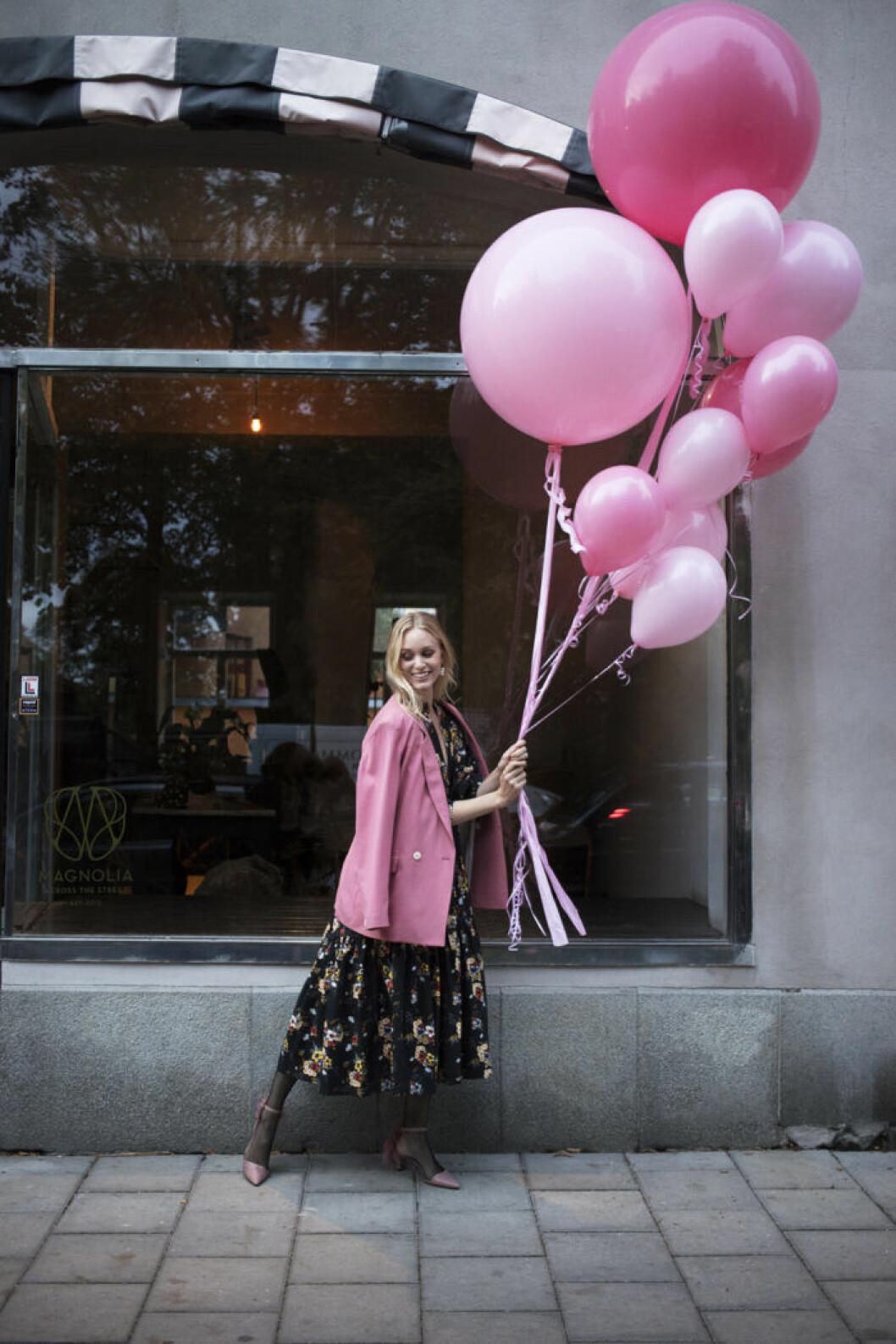 Festmode modell i blommig klänning och rosa kavaj Femina nummer 14 2019