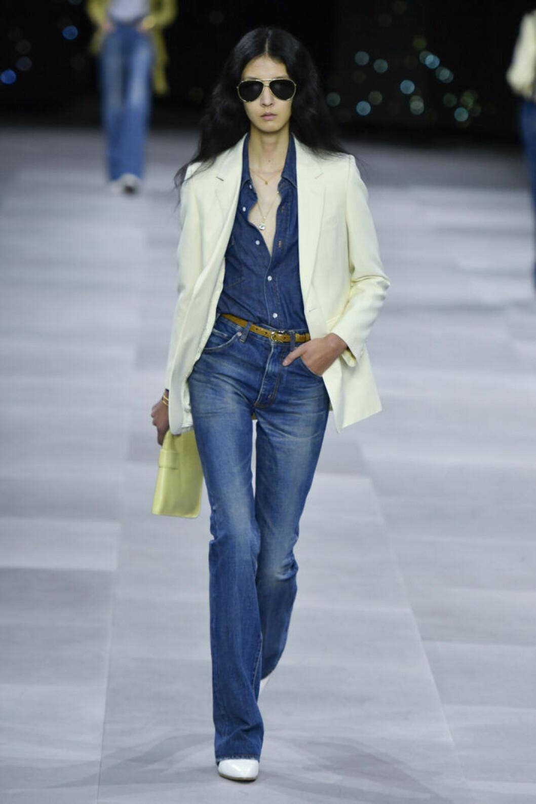 Trender våren 2020 DenimCeline Modell bär blå jeans och skräddad kavaj
