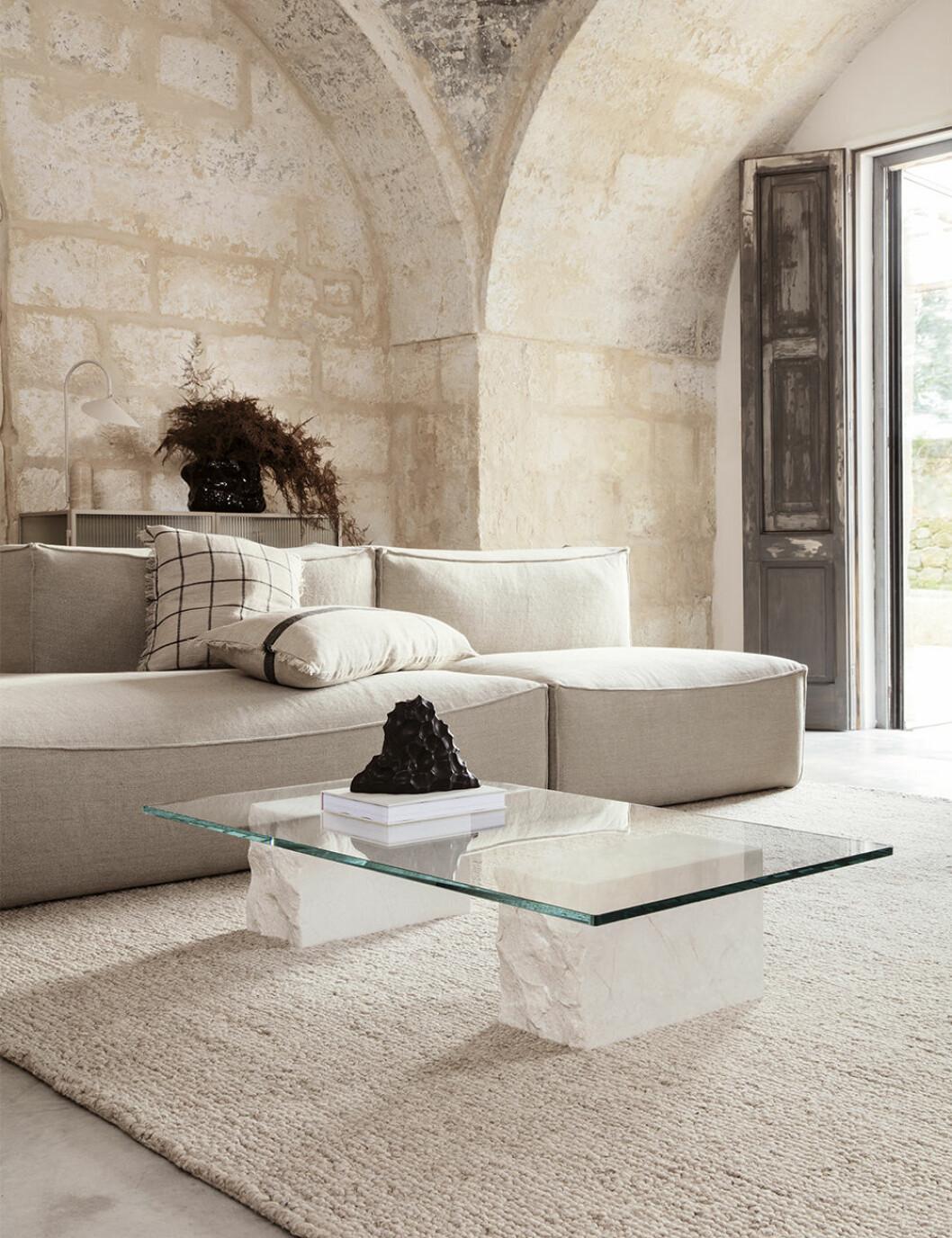 Låg soffa och lågt soffbord från Ferm Living