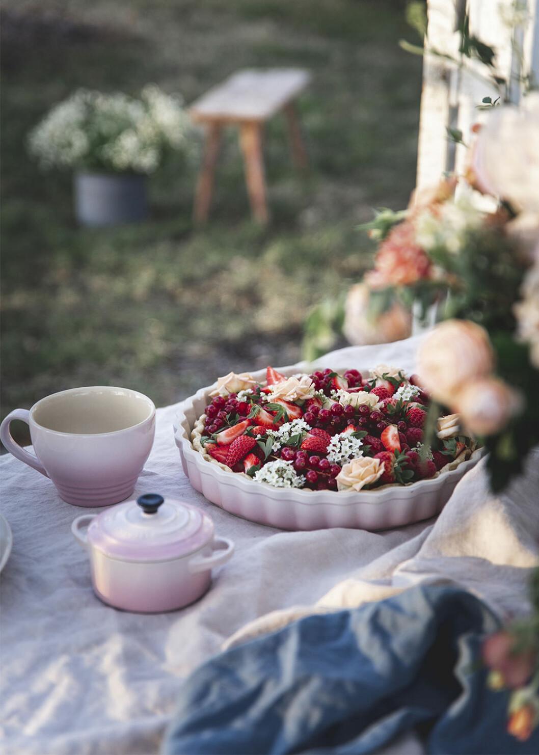Pajform från Le Creuset fylld med blommor och bär