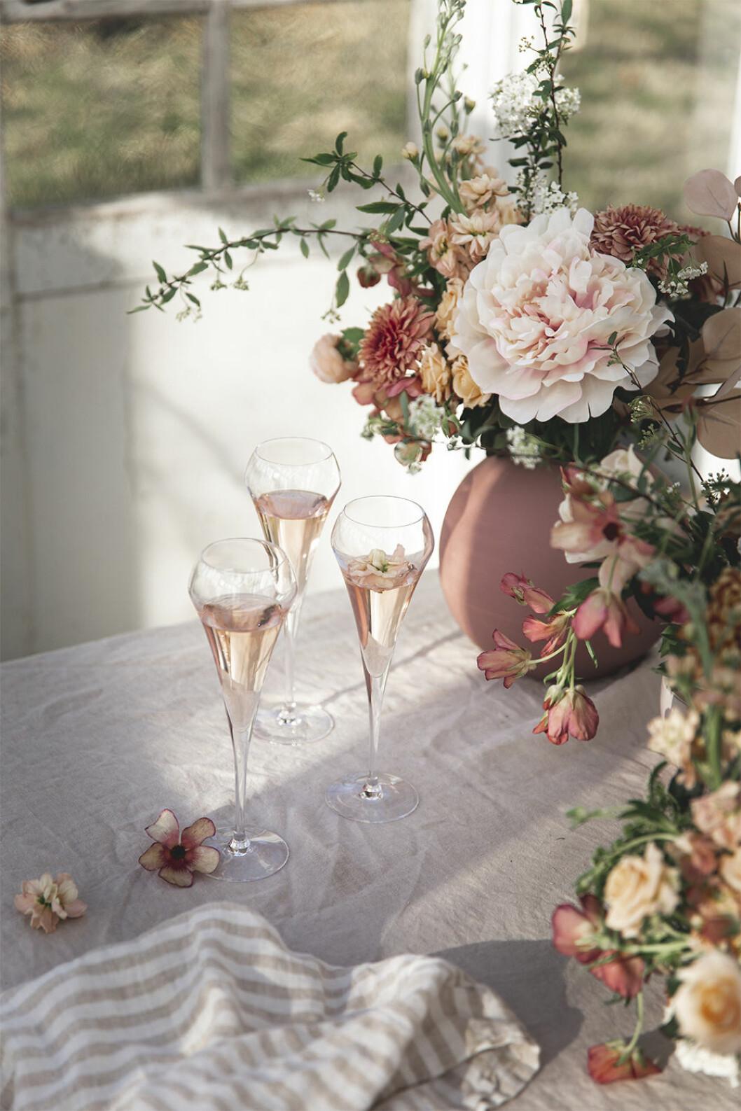 Champagneglas dekorerade med blommor