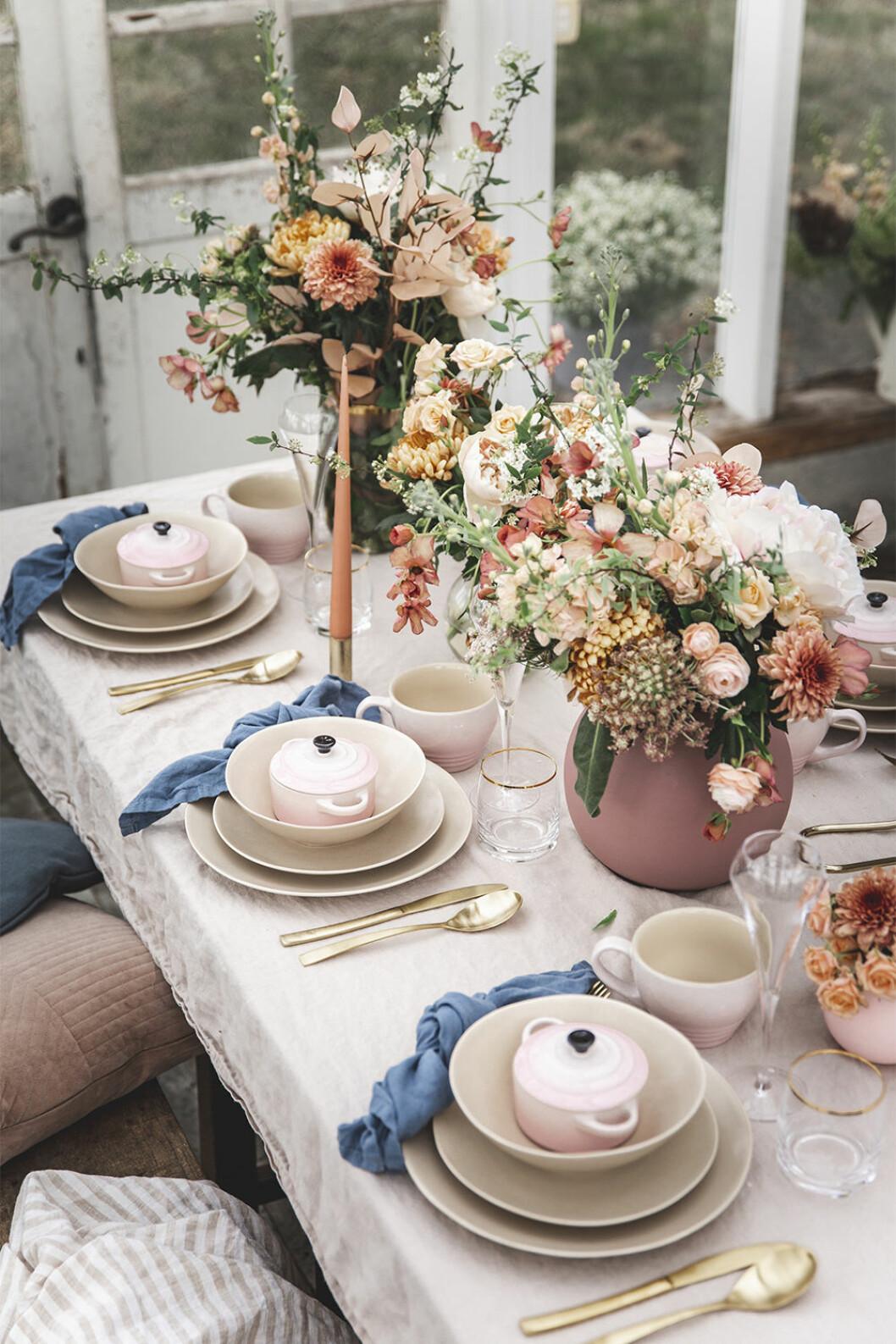 Fin dukning i rosa med detaljer från Le Creuset
