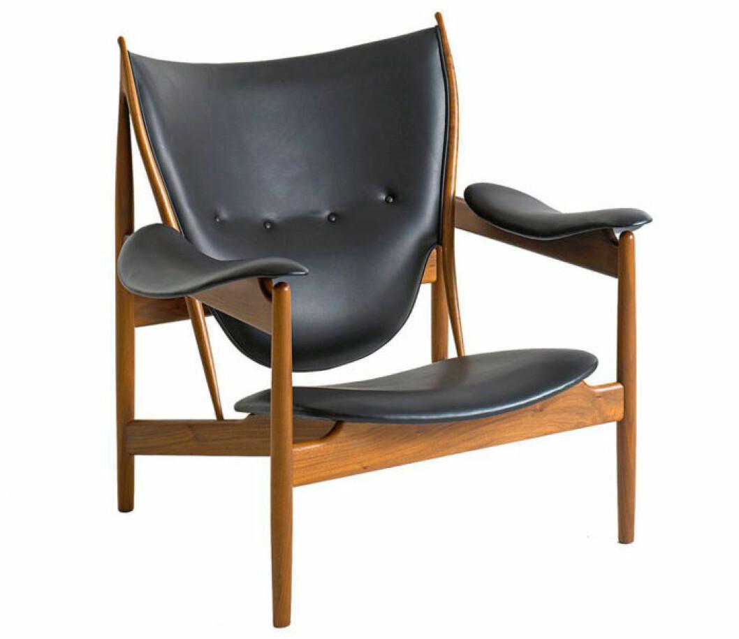 Finn Juhls Hövdingstol kostar ca 105000 kr ny. Medan en äldre, tillverkad av snickarmästare Niels Vodder, gick på auktion för hela 265000 dkr 2006.