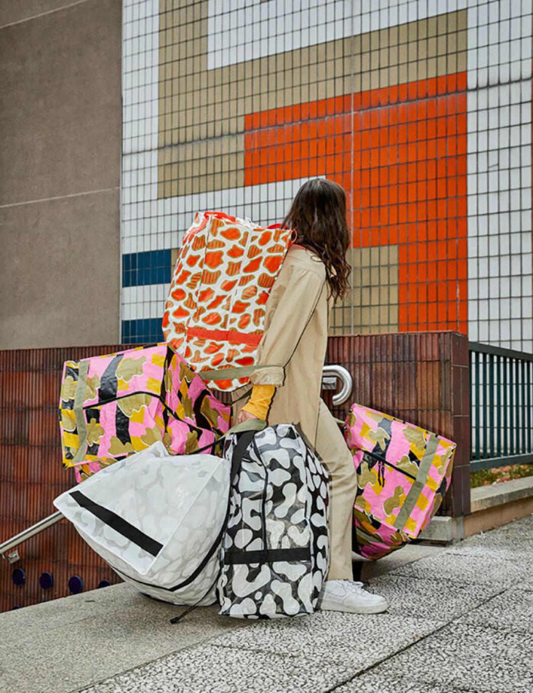 Kvinna med massor av väskor