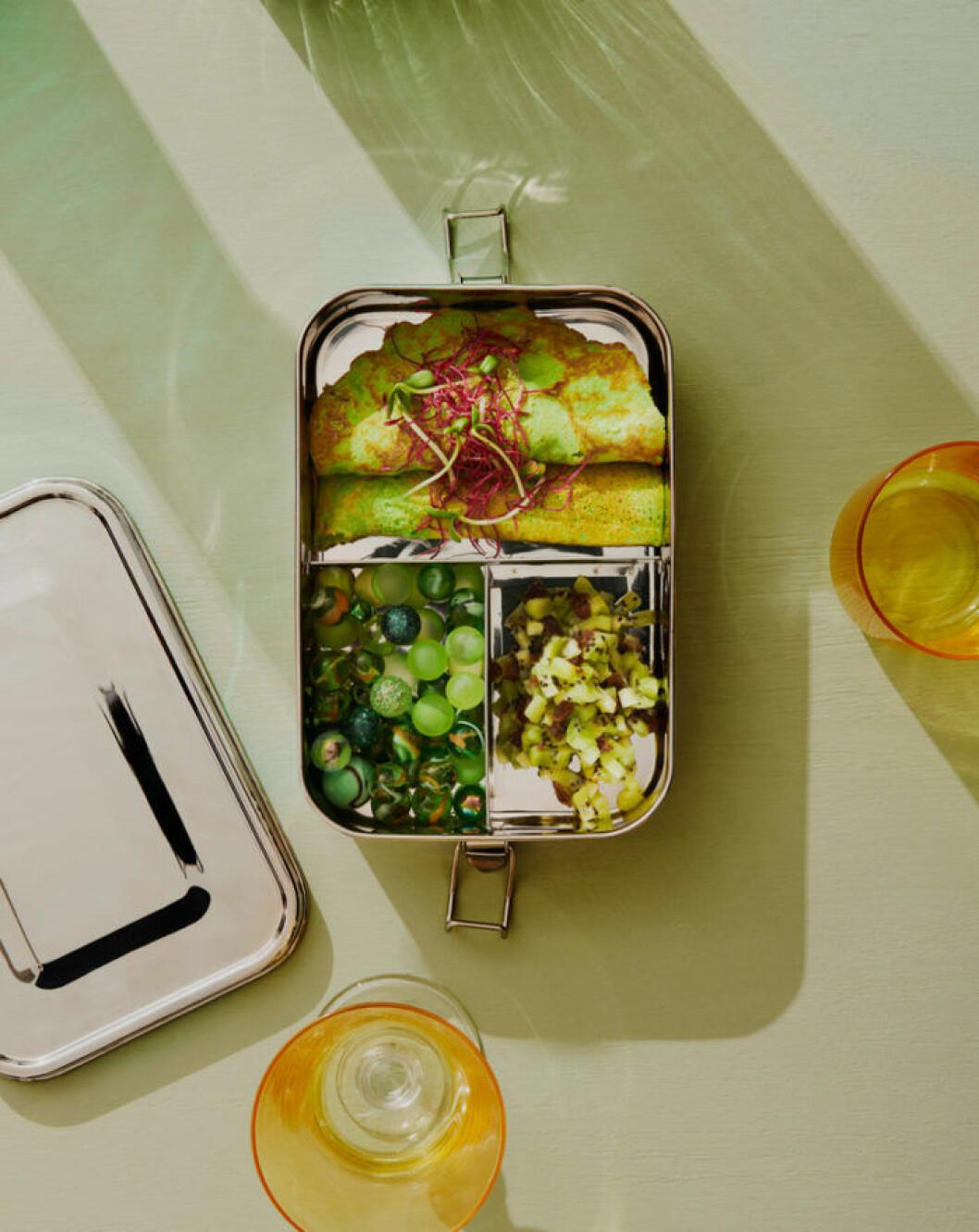 Tredelad matlåda i rostfritt stål från Food Pharmacys nya kökskollektion.
