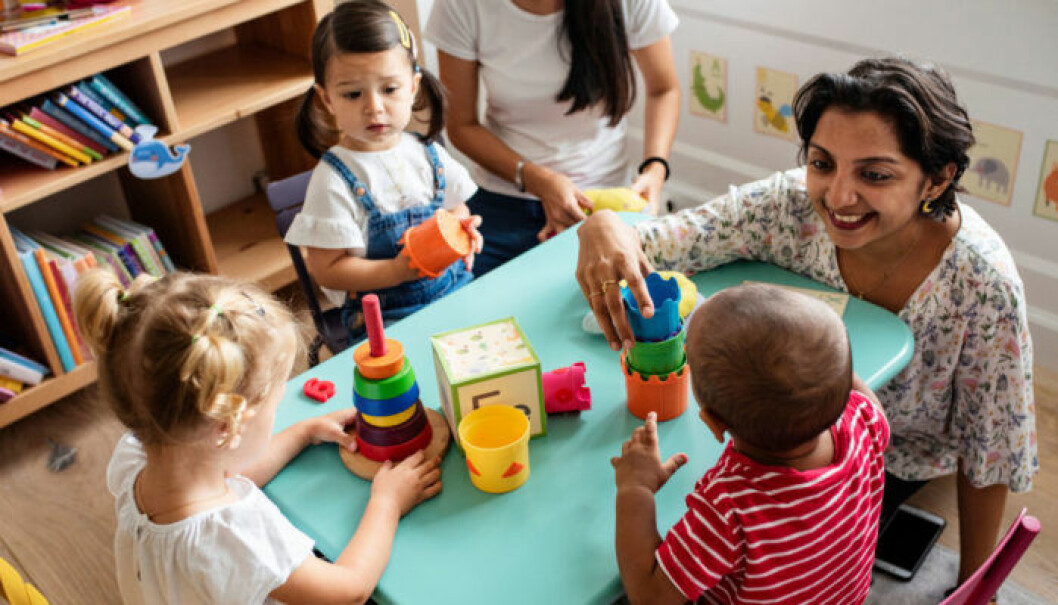 Förskolelärare leker med barn