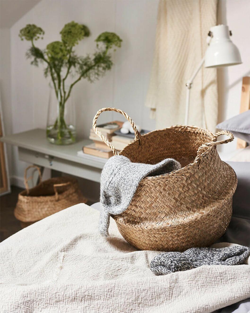 Flätade förvaringskorgar, här från Ikea, är smidiga när du ska plocka undan och städa i hemmet