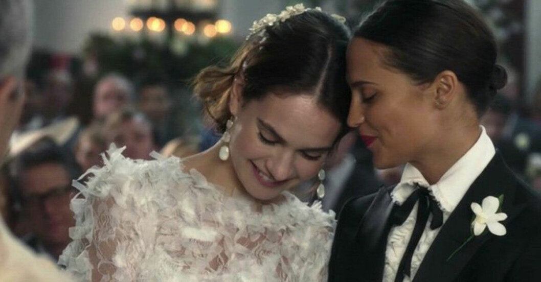 Miranda (Lily James) och Faith (Alicia Vikander) i One Red Nose And A Wedding. Foto: Comic Relief/BBC