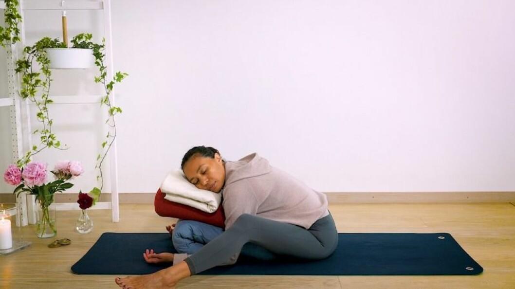 Johanna Ljunggren gör yogapositionen framåtböj med stöd
