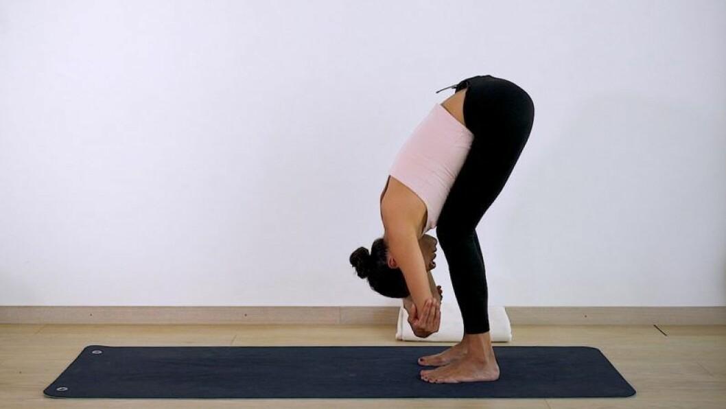 Johanna Ljunggren gör yogapositionen Framåtfällning