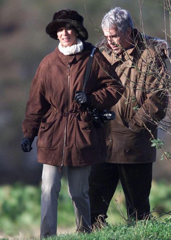 Ghislaine Maxwell och Jeffrey Epstein i bruna jackor ute i naturen