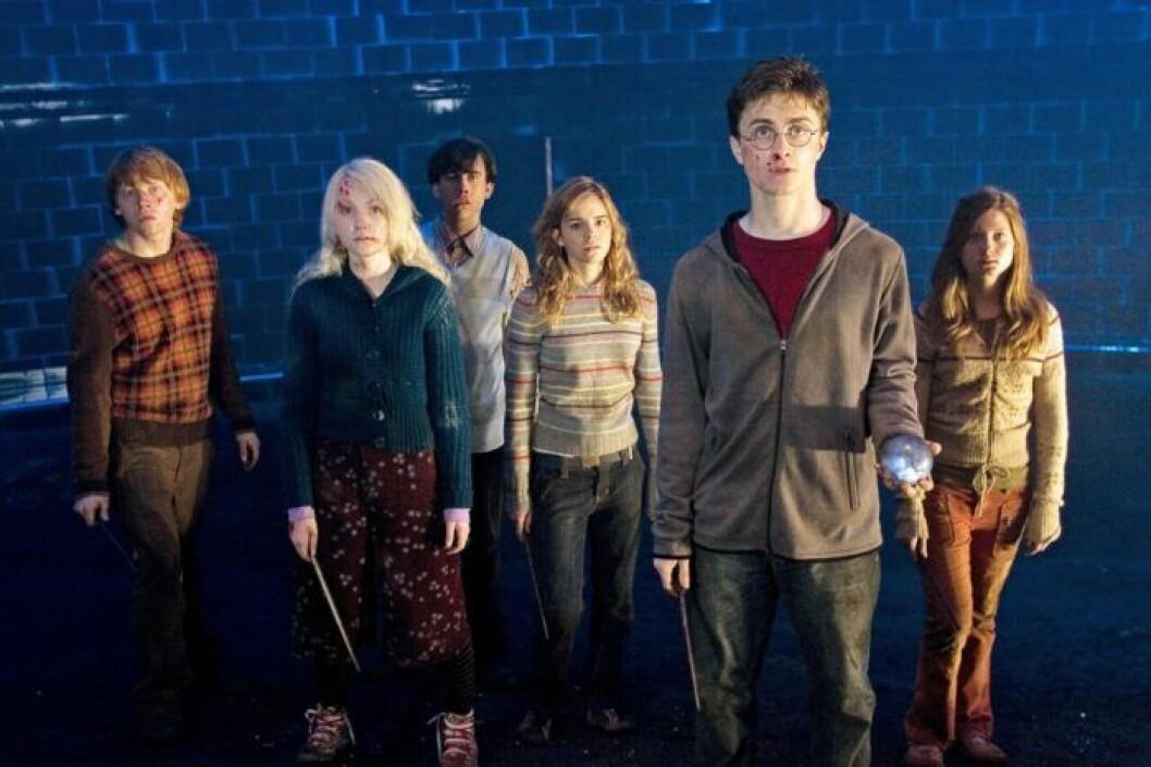 RUPERT GRINT as Ron Weasley, EVANNA LYNCH as Luna Lovegood, MATTHEW LEWIS as Neville Longbottom, EMMA WATSON as Hermione Granger, DANIEL RADCLIFFE as Harry Potter och BONNIE WRIGHT som Ginny Weasley.