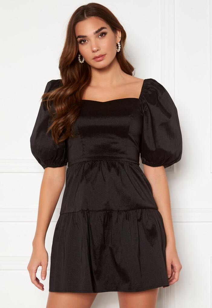 svart klänning med puffärm