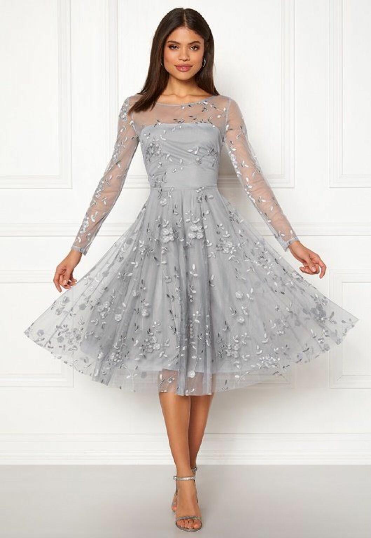 En bild på en långärmad klänning från Goddiva med broderade detaljer.