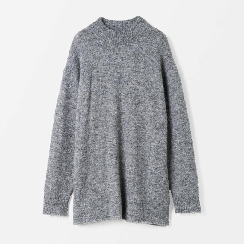 Grå stickad tröja i längre modell