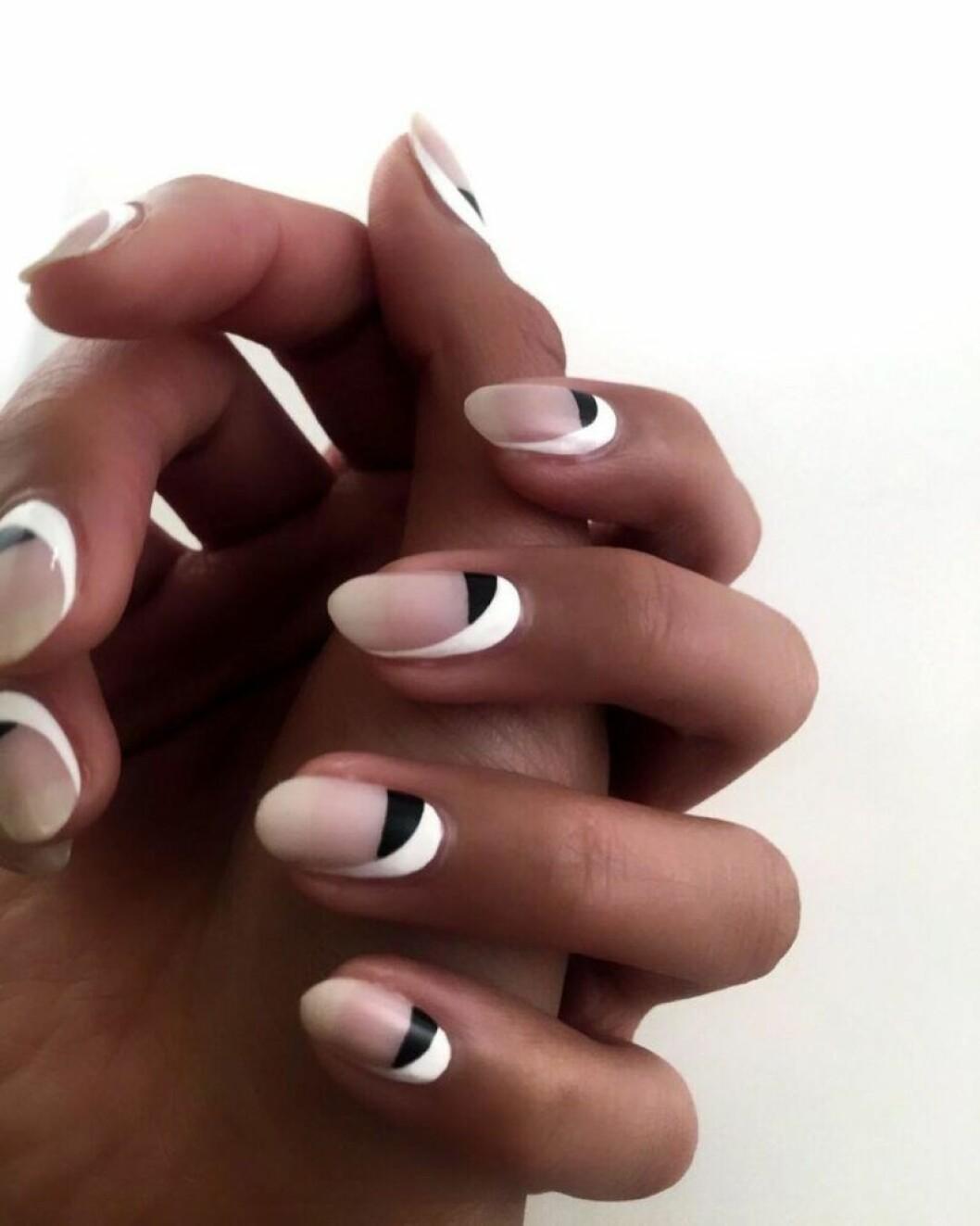 En bild på en minimalistisk lackning i svart och vitt.