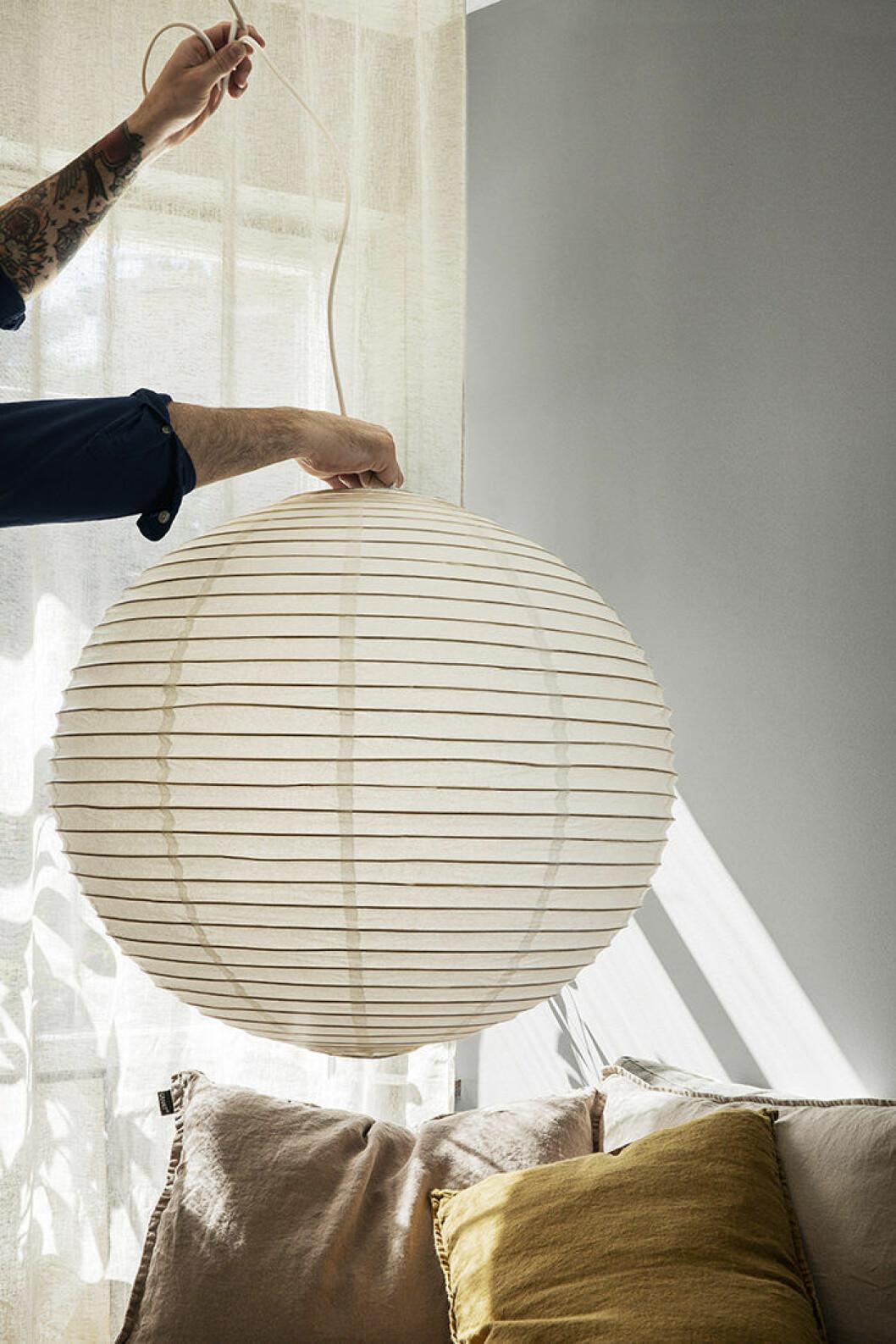 Lampa i rispapper och bambu