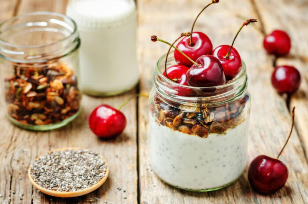 Overnight oats med granola och körsbär.