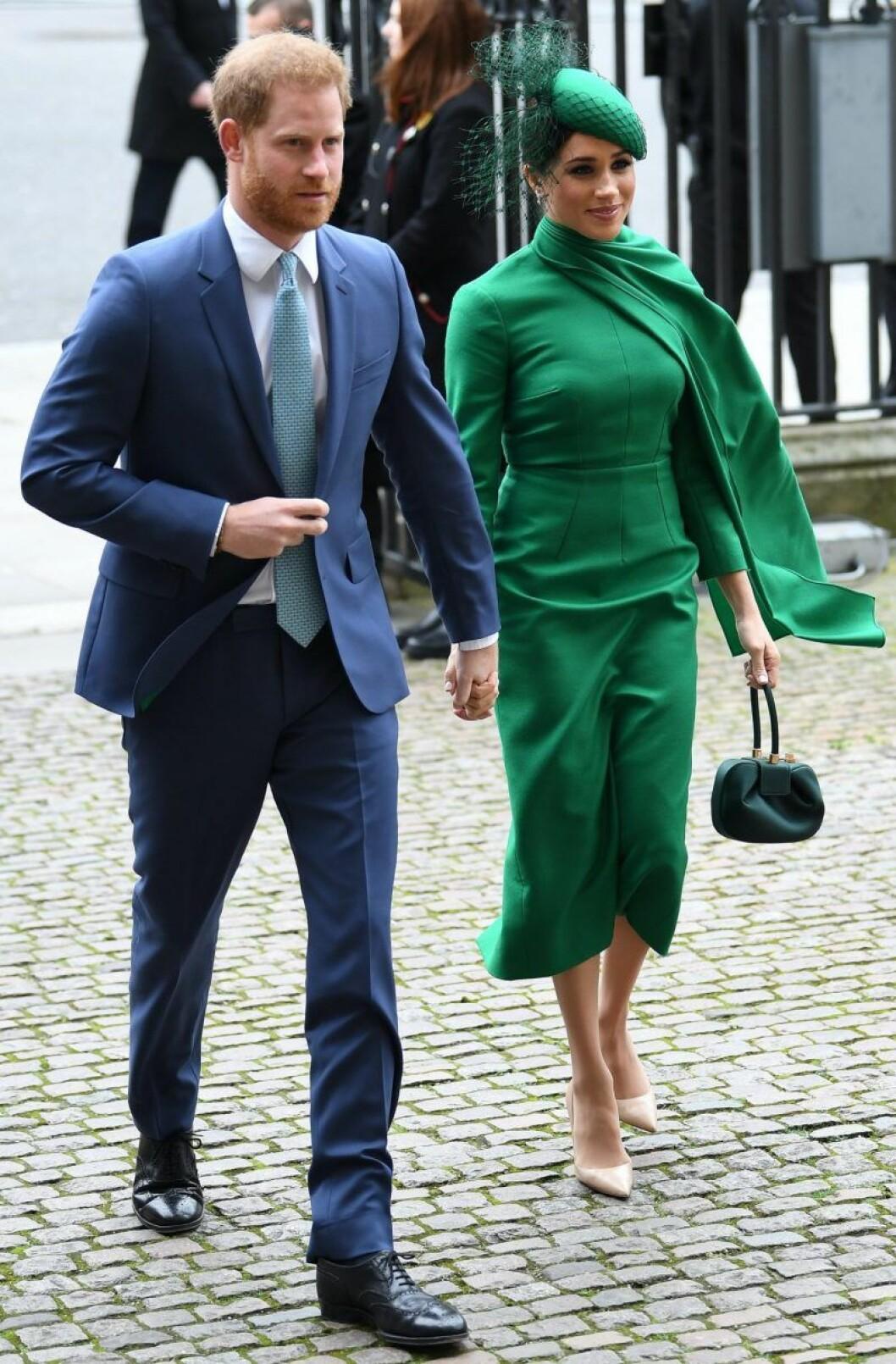 Meghan Markle i grön klänning med cape från Emilia Wickstead.