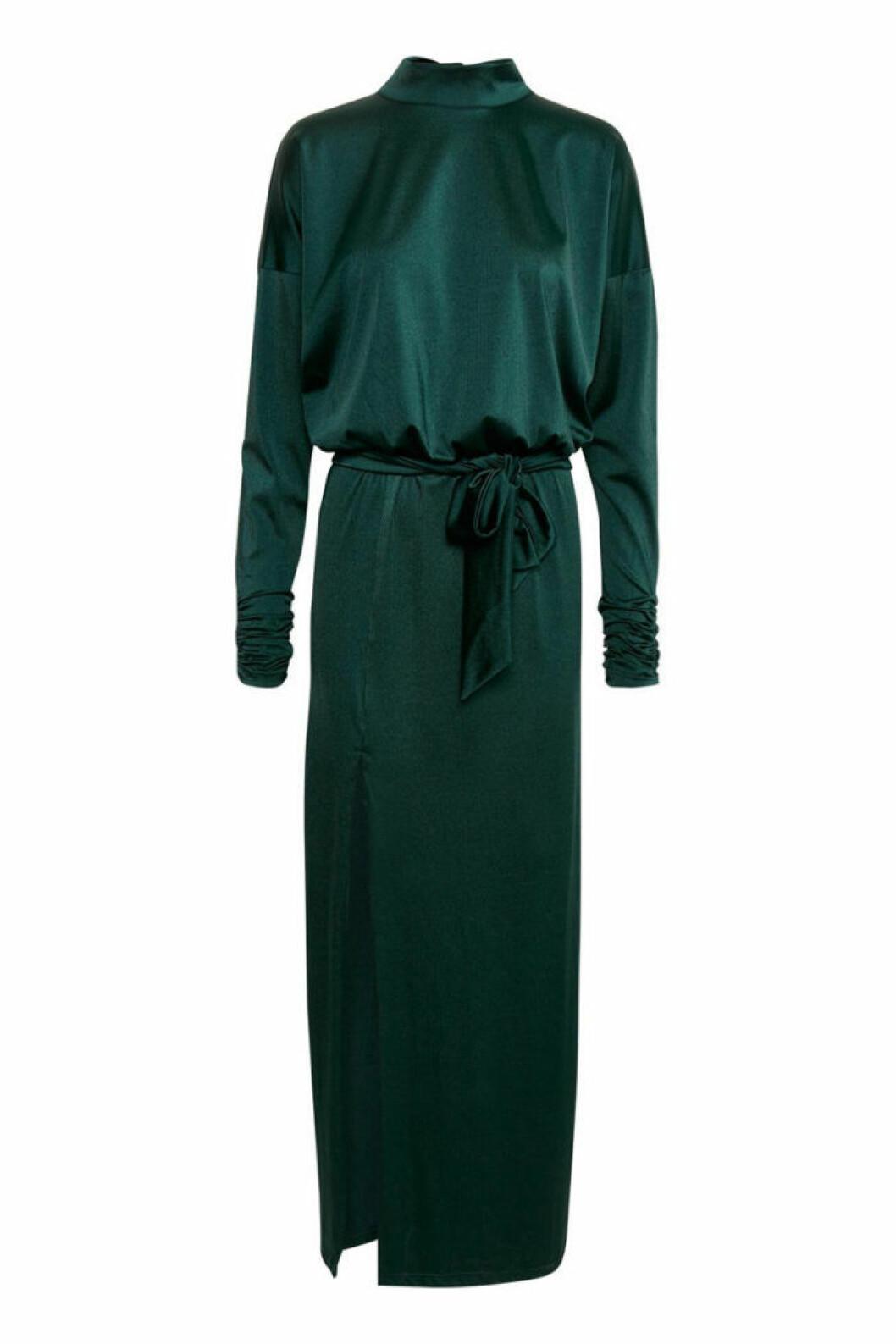 grön satängklänning med halvpolokrage från Gestuz