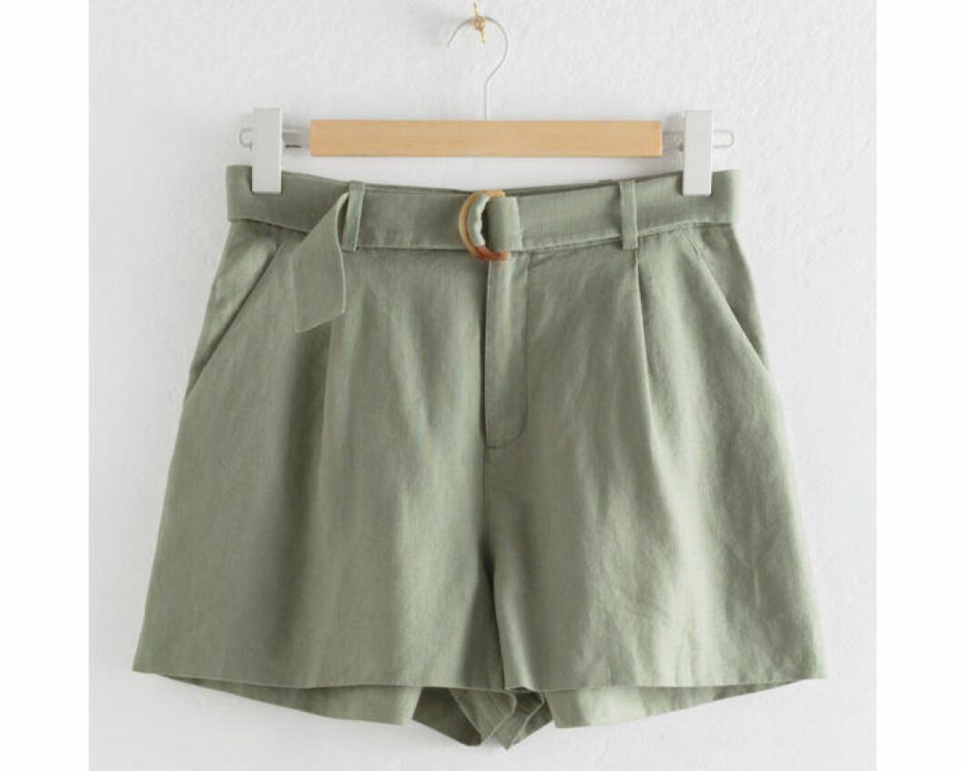 Gröna shorts med bälte i midjan