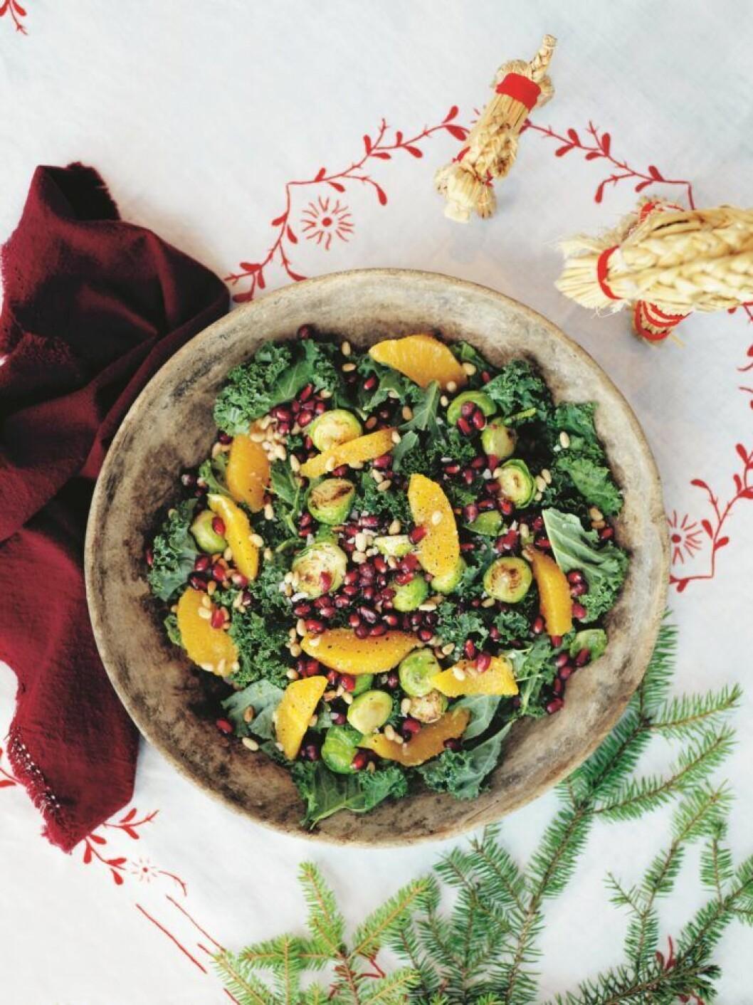 Grönkålsallad med brysselkål, apelsin och granatäpple