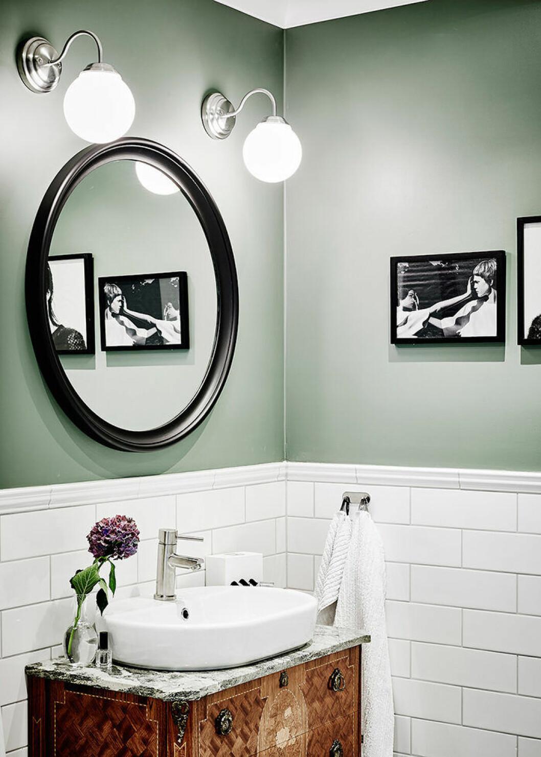Väggar i grönt i trendigt badrum