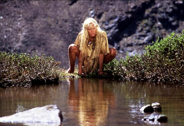 Daryl Hannah i filmatiseringen av Grottbjörnens folk.