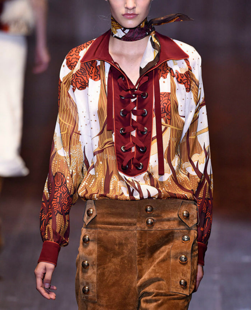 Tight knuten scarf à la Gucci våren 2015.