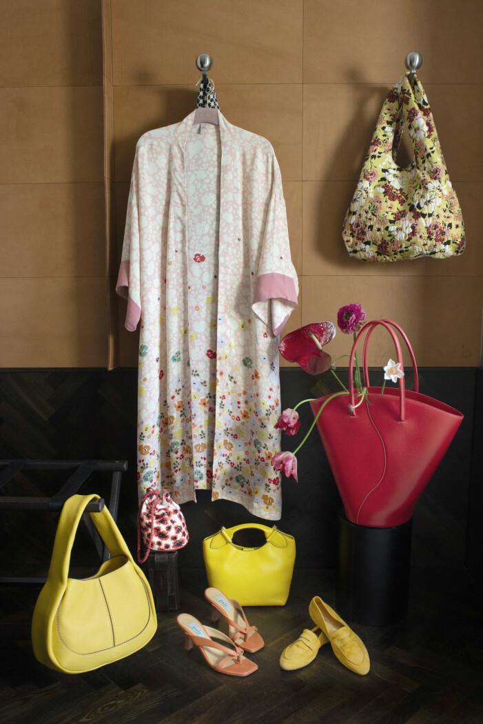 Blommig morgonrock, blommig väska från Beck Söndergaard och en röd toteväska från Little Liffner.