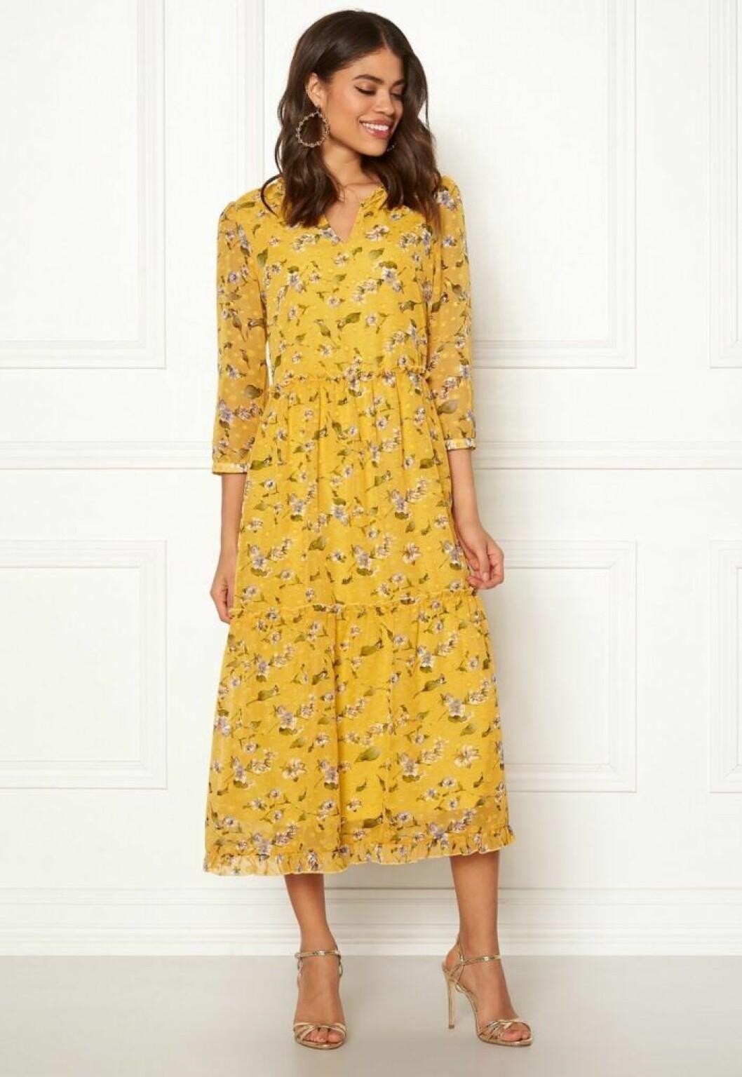 Blommigt gul klänning