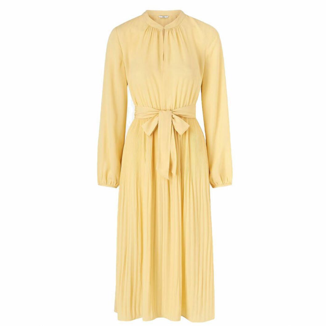 Gul plisserad klänning från Ellos Collection