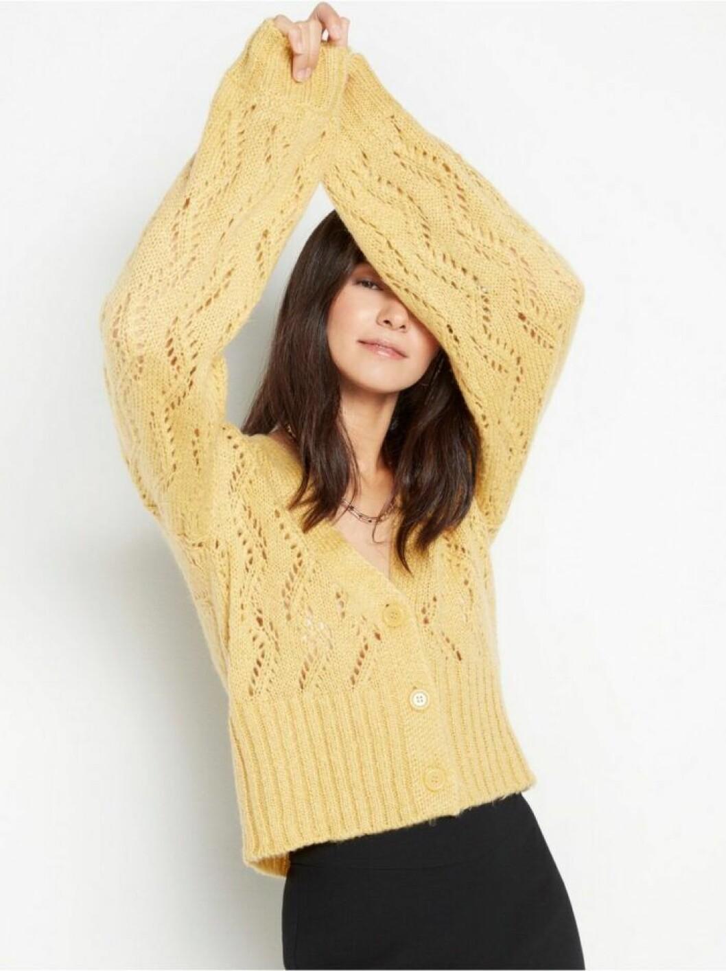 Gul hålstickad tröja från Lindex