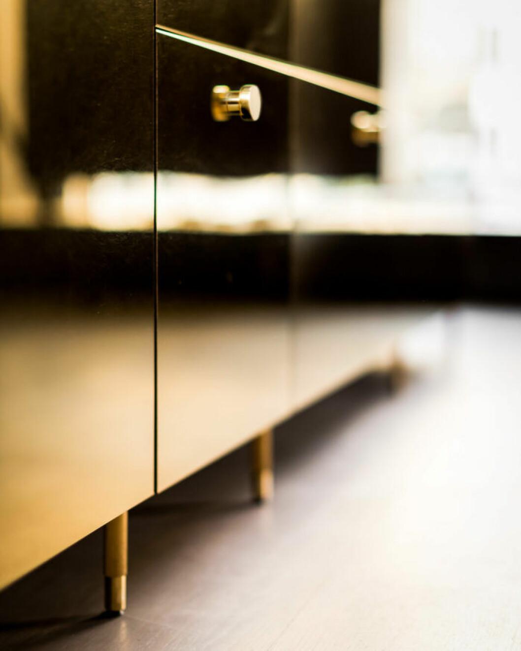 Knoppar och ben i äkta guld till Ikea-köket