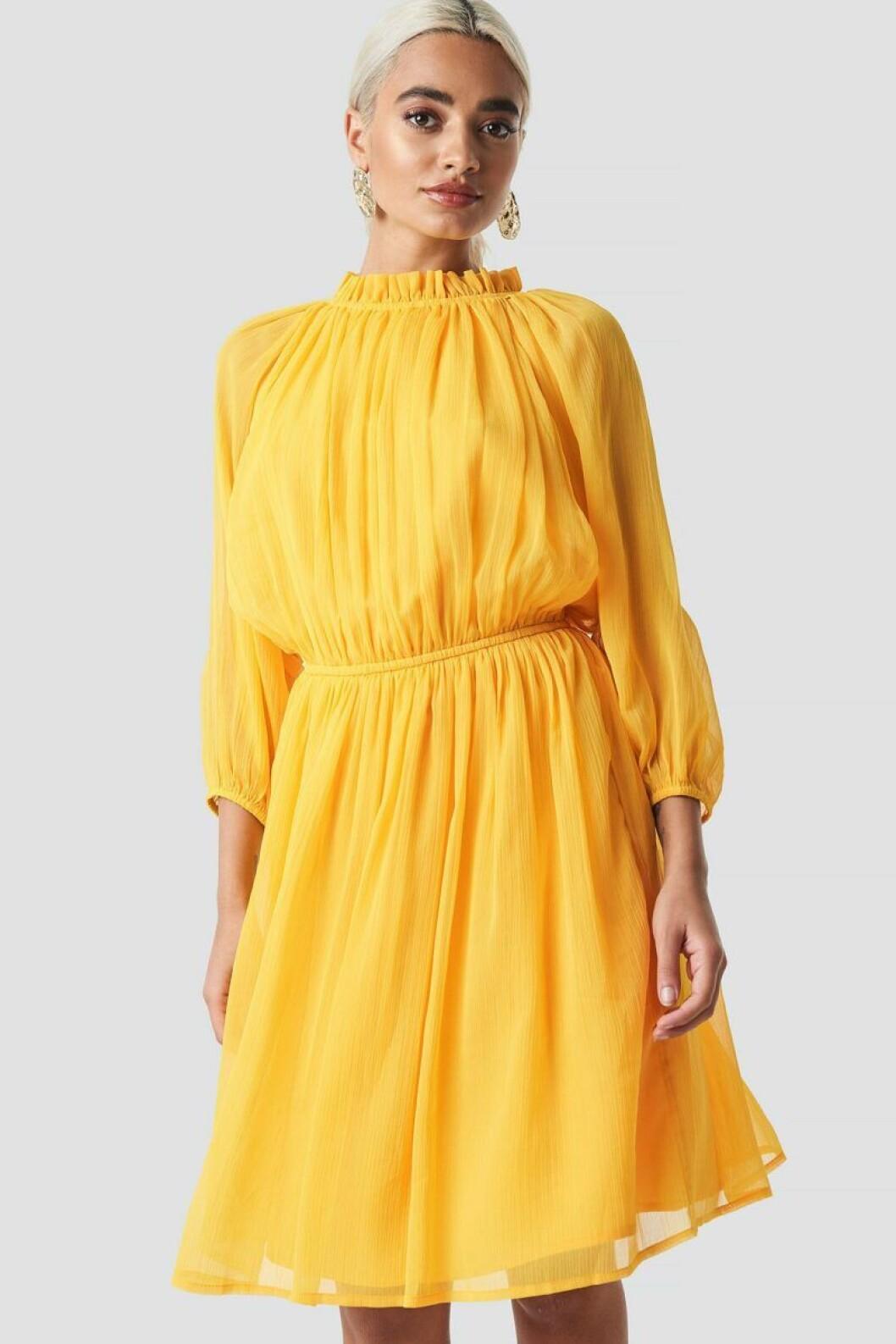 Gul klänning med hög krage