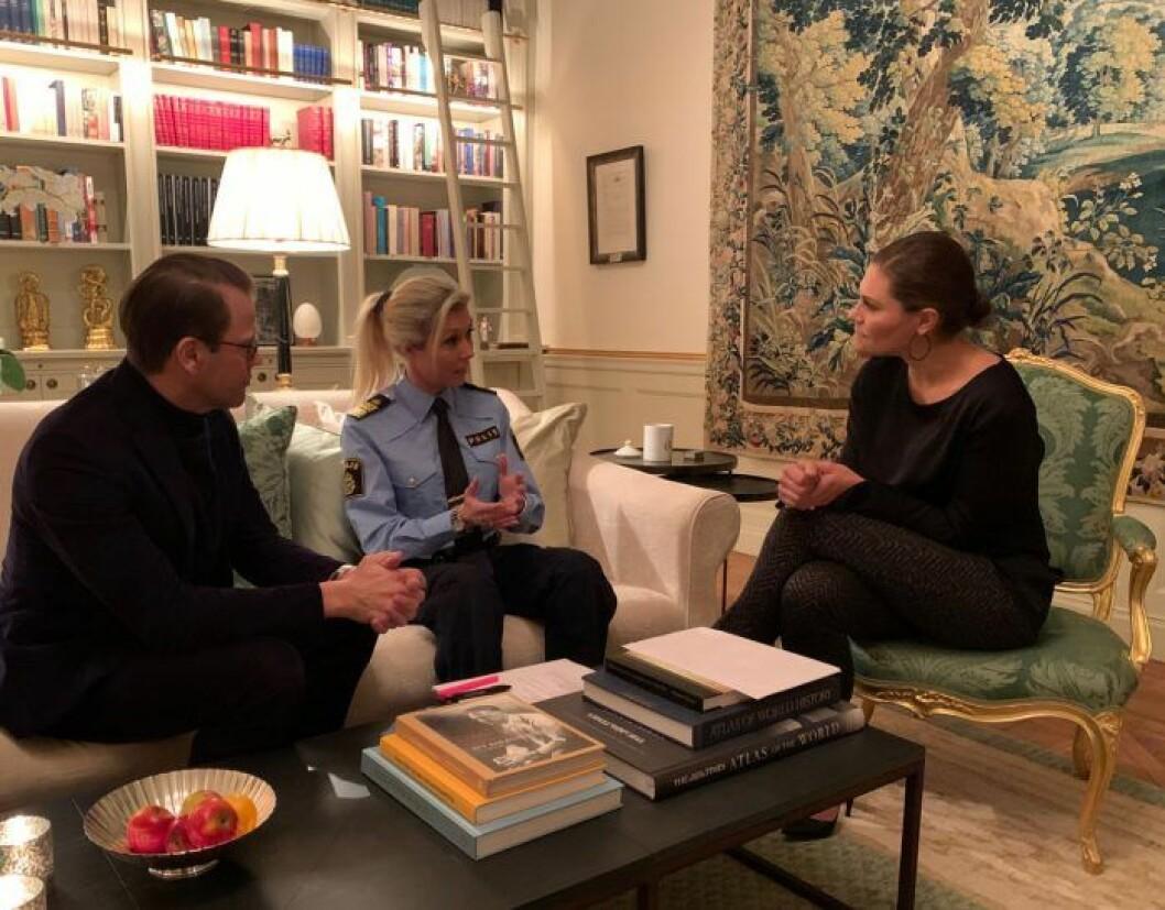 Polismästare Linda Staaf besöker kronprinsessan Victoria och prins Daniel på Haga för att informera om Rimfrost.